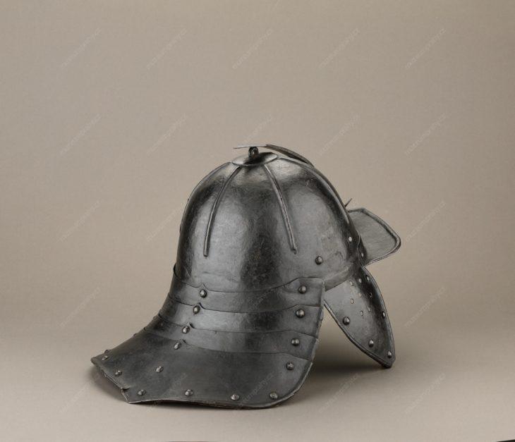 Jezdecká přilba tzv. pappenheimka, plech, useň, první polovina 17. století, MMP HV 1.874