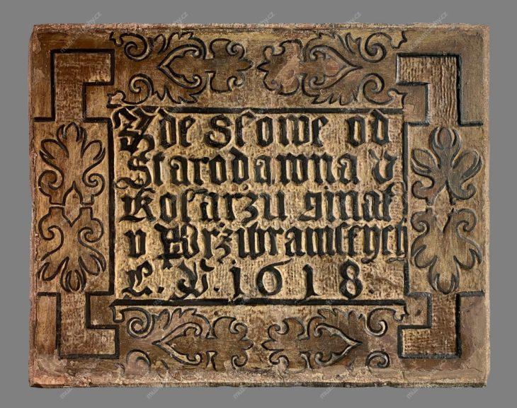 """Kamenná nápisová deska """"U Kolářů, U Příbramských"""" z domu č. p. 825, Václavské náměstí, Praha, kámen, 1618, MMP H 14.545"""