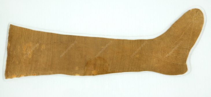 Punčocha, součást funerálního oděvu astronoma Tychona Brahe, nález z hrobky pražského kostela Panny Marie před Týnem, Čechy či Německo, ruční pletenina, len, cca 1601, MMP H 86.565