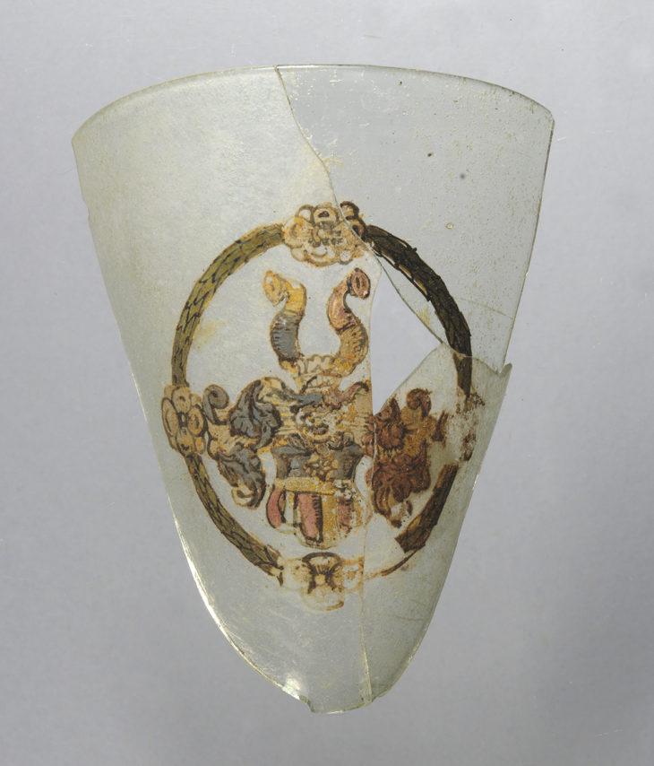 Kupa poháru s emailem malovaným erbem Kirchmajerů z Rejchvic, NPÚ ÚOP v Praze