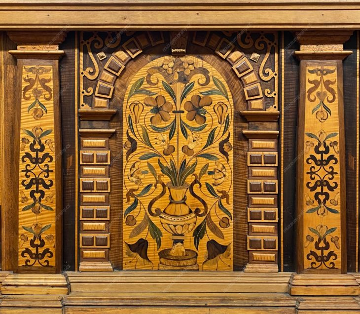 Truhla šatní, Německo (?), korpus – dřevo jehličnaté, dýhování, intarzie – javor, jasan, ořech, topol, hruška, švestka, kování železné ryté, 1587, MMP H 86.833