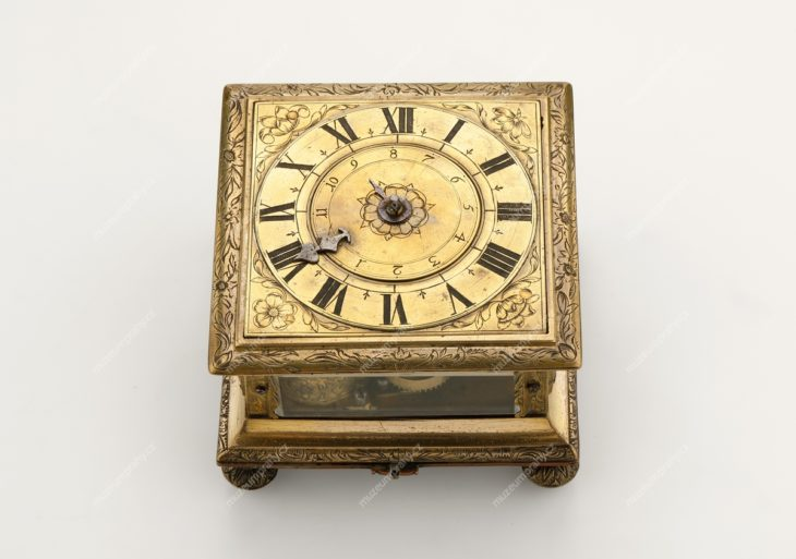 Hodiny stolní (budík), Sebastian Marquardt, Praha, měď zlacená gravírovaná, mosaz, sklo, cca 1650–1676, MMP H 23.490