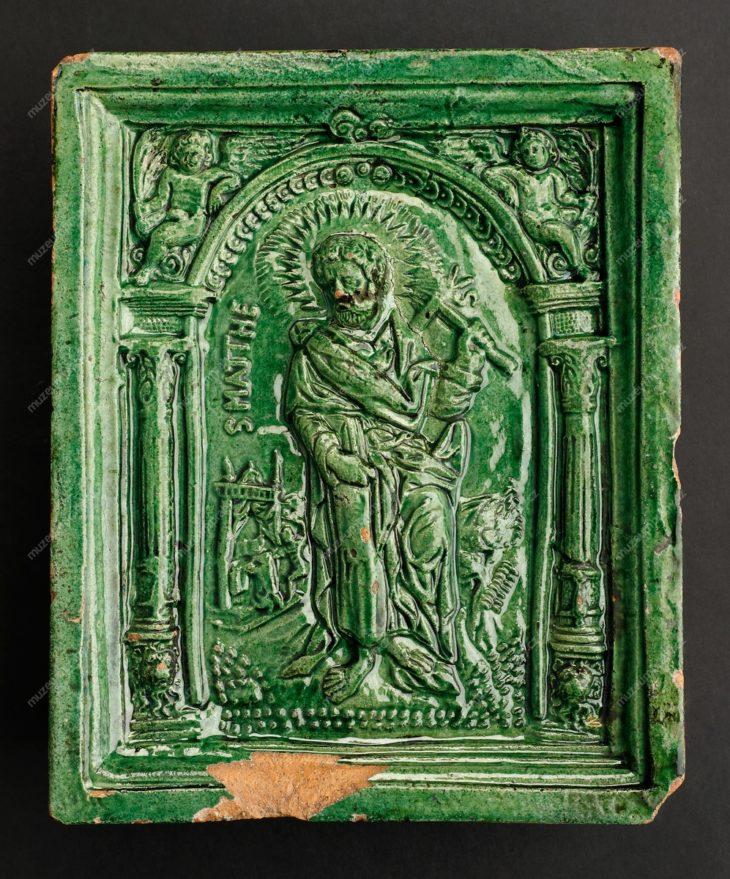 Kachel komorový s figurou sv. Matěje, Čechy, pálená hlína, glazura, konec 16. století, MMP H 5.683