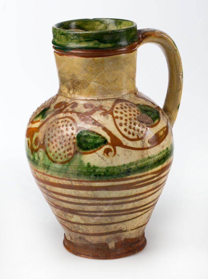 Džbán, střední Čechy, tzv. berounská keramika, bílá skupina (?), pálená hlína, malba hlinkou, glazura, doplněno sádrou, cca 1600–1630, MMP 15.418