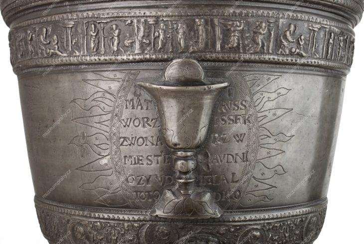 Křtitelnice, značeno Matouš Voříšek, Roudnice nad Labem, cín litý, rytý, 1595, MMP H 12.617 Původní umístění neznámé, získána z pražského hřbitovního kostela sv. Rocha na Olšanech.