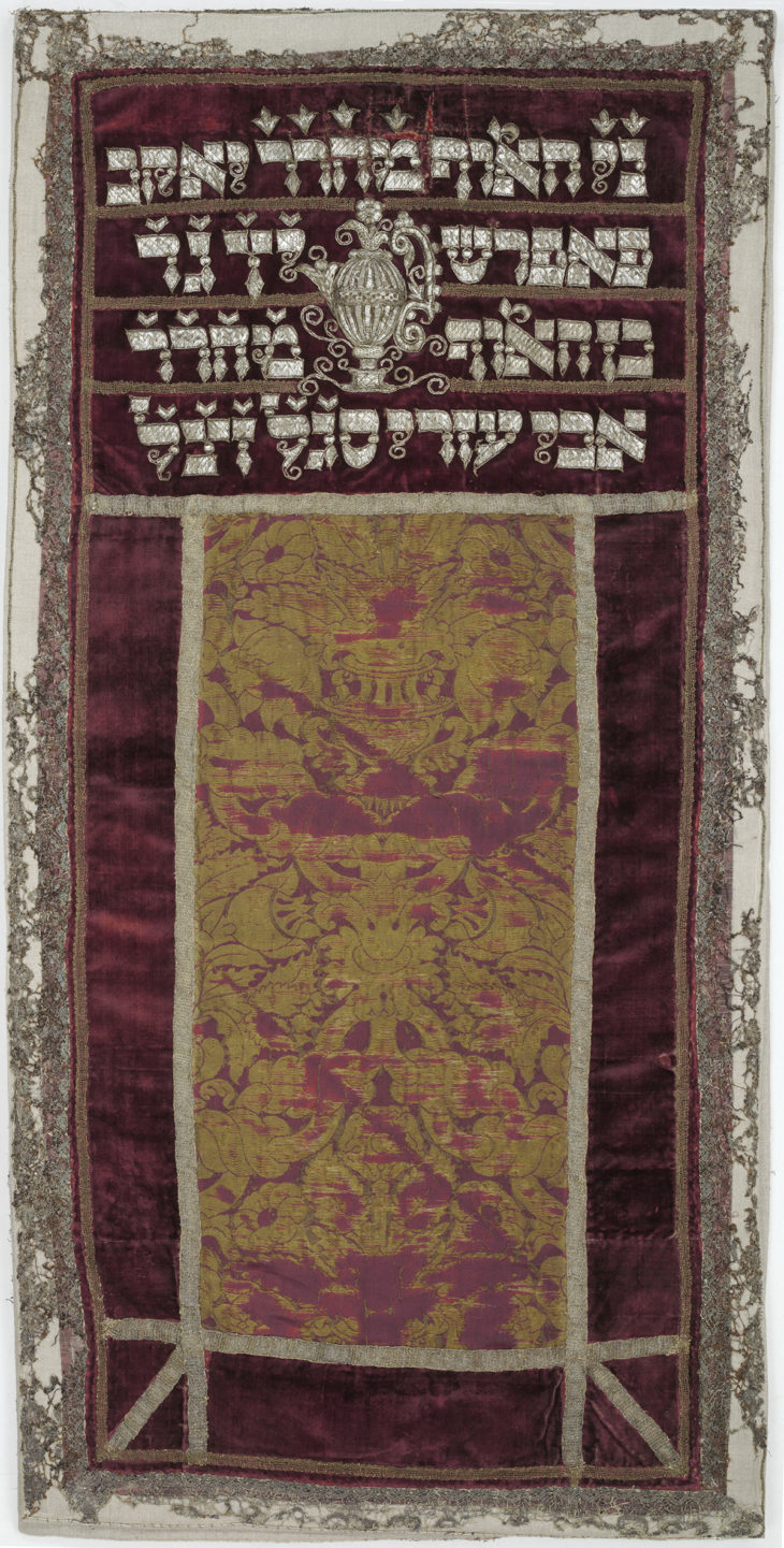 Pláštík na Tóru ze Staronové synagogy, Čechy, samet, hedvábí, výšivka dracounem, paličkovaná krajka, 1661, ŽMP 27.405