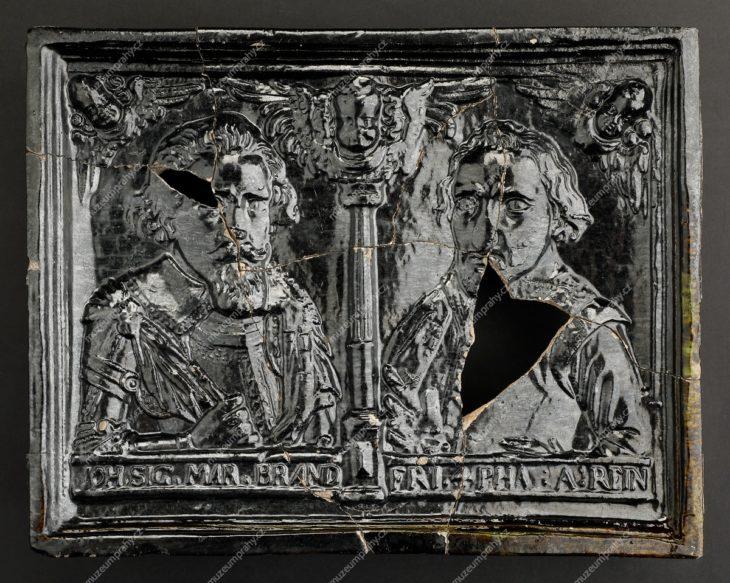 Kachel komorový s polopostavami Jana Zikmunda Braniborského a Friedricha IV. Falckého, Čechy (?), pálená hlína, glazura, vykopáno ve sklepení pražského Michnova paláce, kolem 1618, MMP H 22.972