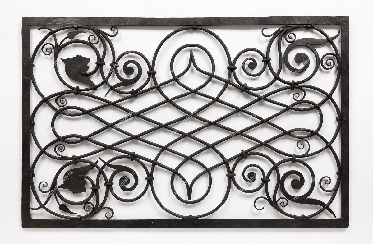 Mříž s motivem hlaviček, z domu čp. 3 (dům U Minuty), Staroměstské náměstí, Praha, železo, 17. století, MMP H 11.409