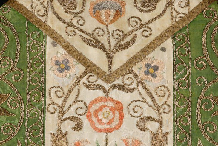 Kasule, Čechy (?), hedvábí, výšivka hedvábím a dracounem, druhá třetina 17. století, MMP H 86.465