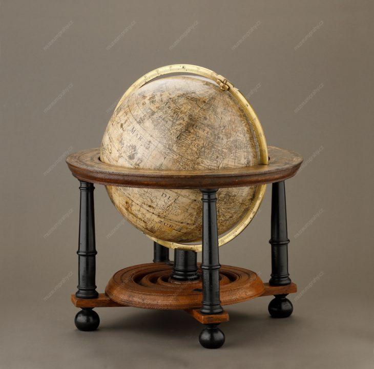 Globus zeměpisný, Willem Janszoon Blaeu, Amsterdam, dřevo, papír, mosaz, 1602, MMP H 1.064