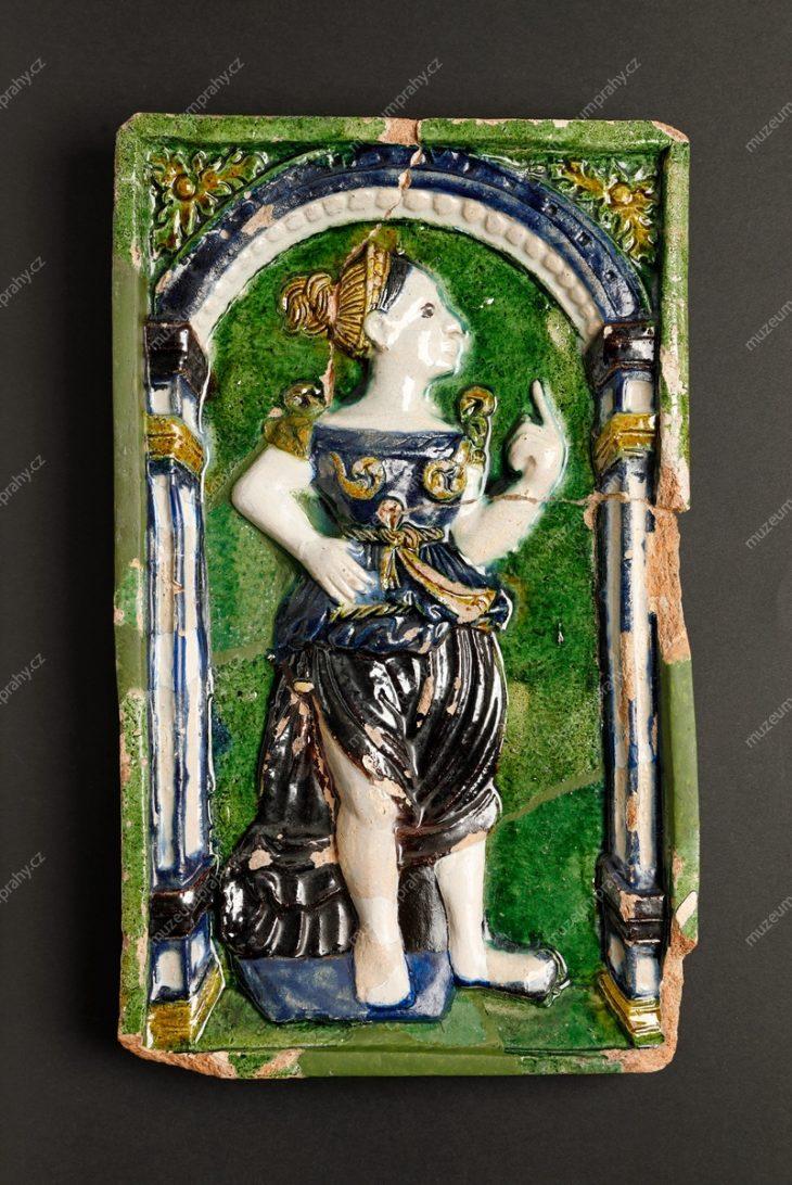 Kachel komorový s figurou Salome, Praha (?), pálená hlína, polychromní glazura, nalezeno ve staroměstském domě U Goliáše, poslední čtvrtina 16. století, MMP H 12.372