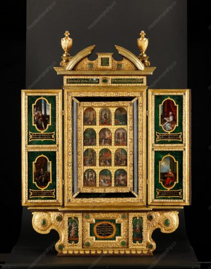 Domácí oltářík s christologickými scénami a postavami evangelistů, Itálie, Francesco Novellino (?), dřevořezba zlacená, voskové reliéfy polychromované, malba na skle, mosazné kování, první čtvrtina 17. století, MMP H 28.204