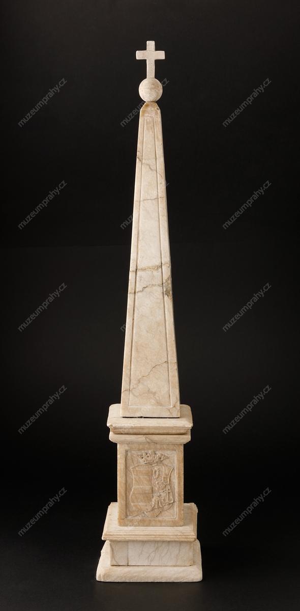 Karel Svoboda: Model obelisku na památku záchrany místodržícího Viléma Slavaty z Chlumu, alabastr, kolem poloviny 19. století, MMP H 20.743. Všichni defenestrovaní pád z výšky 16 metrů do hradního příkopu přežili.